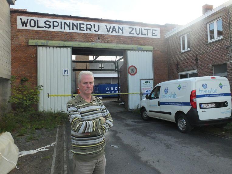 Rony Meirlaen bij de ingang van de Zultse Wolspinnerij, waar hij 42 jaar lang werkte.