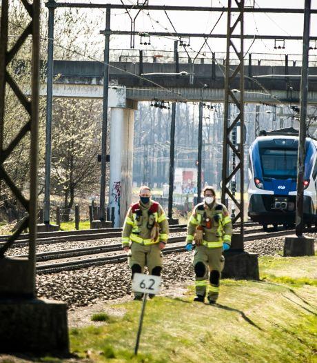 Fietser ontsnapt aan dood bij botsing met trein op onbewaakte spoorwegovergang