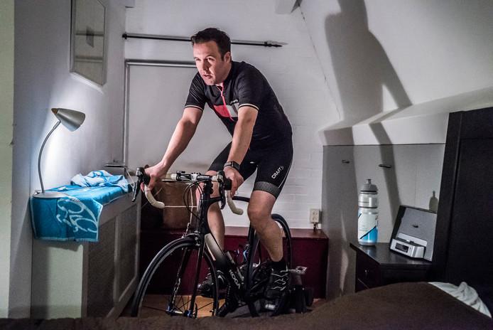 Op zolder traint Roger Enger voor de Alpe d'HuZes.