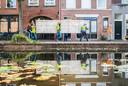 Het doek weerspiegelt tijdens het transport in een Delftse gracht.