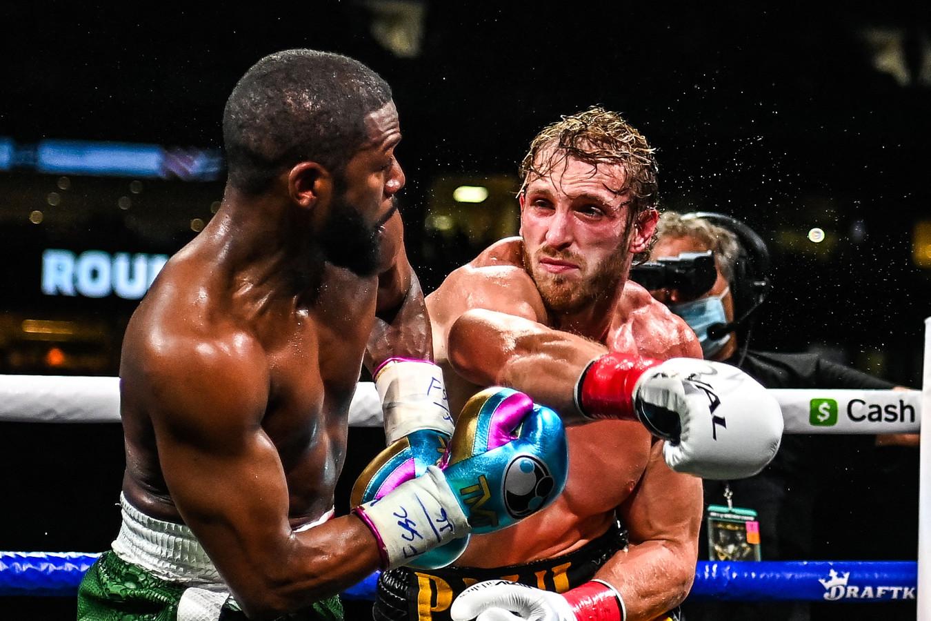 Floyd Mayweather (links) slaagt er niet in om Logan Paul knock-out te slaan.