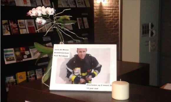 In het gemeentehuis werd een rouwhoekje ingericht om Jens te herdenken.