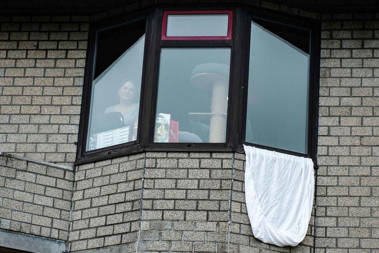 Mensen hangen witte lakens buiten als steun en eerbetoon aan de vele zorgverleners, verpleegkundigen en dokters die een harde strijd tegen het coronavirus vechten om zo veel mogelijk mensenlevens te redden.