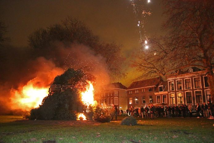 Mogelijk zijn er komende jaarwisseling weer vreugdevuren in Delft toegestaan, zoals hier tijdens een jaarwisseling bij de Nieuwe Plantage.