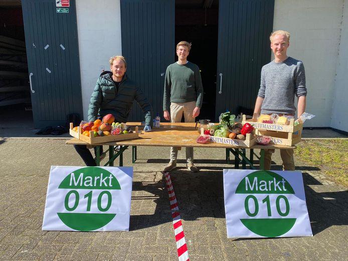 Jort van Dalen, Quinten Mulder en Jorrit de Vries (v.l.n.r.) stoppen met Markt010, nu de Rotterdamse markten weer open zijn.