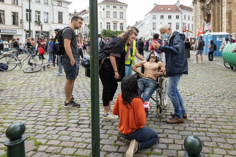 Hongerstaker krijgt medische begeleiding in de Brusselse Begijnhofkerk. Beeld BELGA