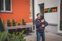 Ivan Saerens met hondje Oscar op het kleine terras van De Abt