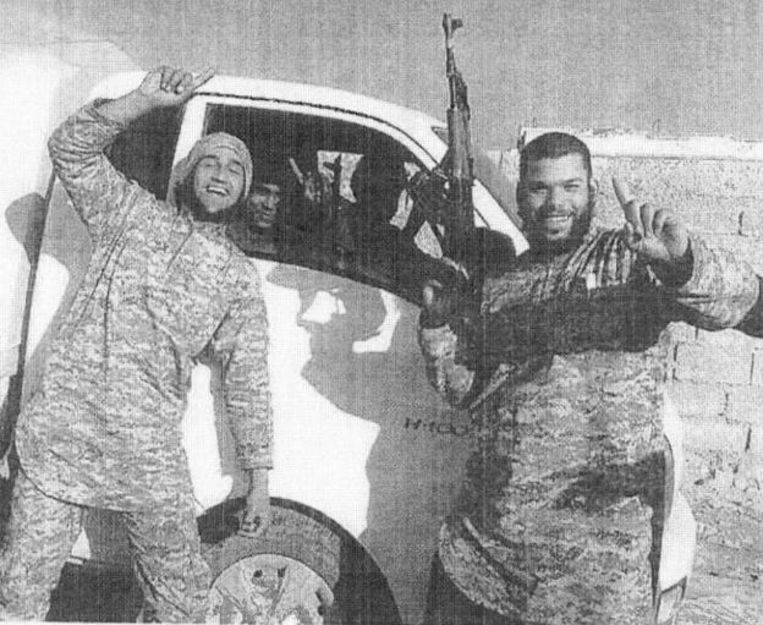 Osama Krayem (rechts) in Raqqa.  Beeld RV