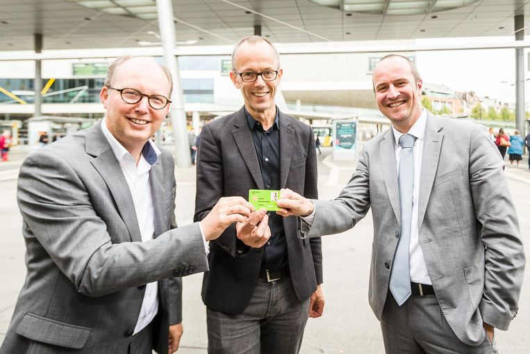 Schepen Filip Watteeuw krijgt de eerste City Pass uit handen van Dirk Busschaert (De Lijn) en Bart De Groote (NMBS).