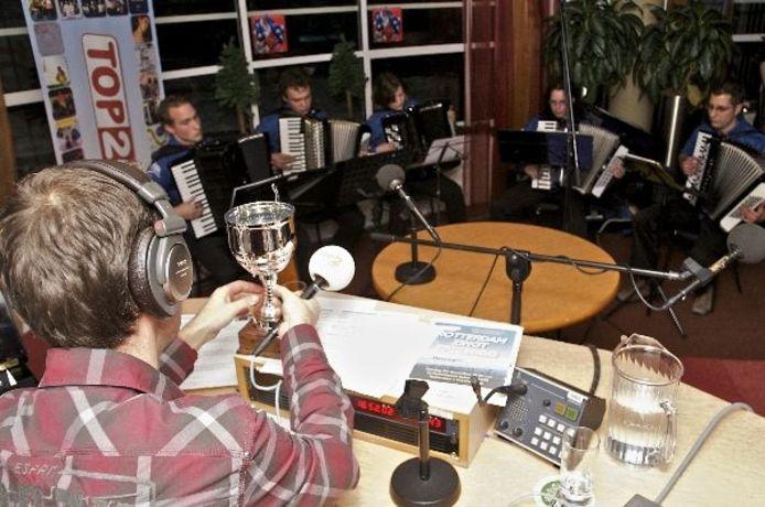Torkest speelt zijn winnende nummer in de studio.