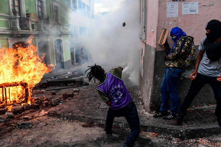 De protesten in Quito tegen de gestegen brandstofprijzen worden steeds gewelddadiger. De politie grijpt in met traangas. Beeld AFP