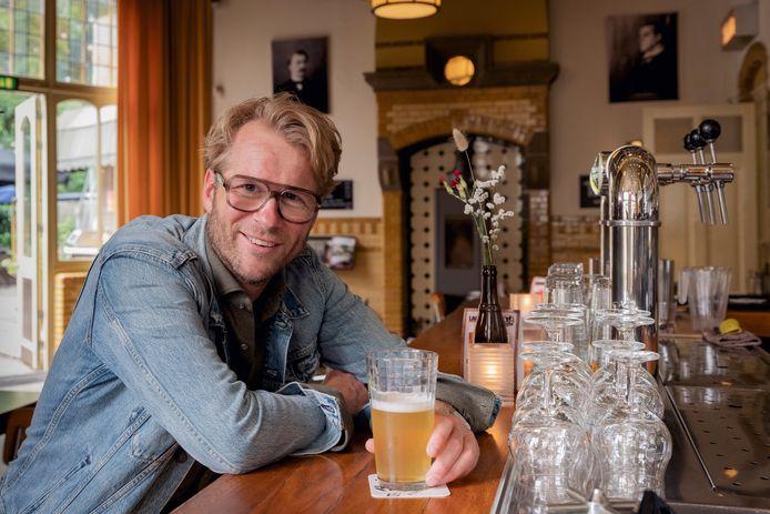 Stadscafe de Spaarbank. Leo Alkemade neemt ons mee naar de leukste plekjes in Tilburg voor de stadsgids rubriek in de zomerbijlage van het AD. Foto Joost Hoving