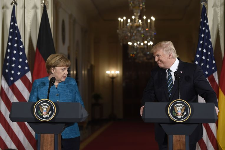 Trump en Merkel lijken niet de beste vrienden. Tegelijkertijd met het bezoek van de Amerikaanse president aan ons land, bezoekt zijn voorganger de Duitsers. Beeld AFP