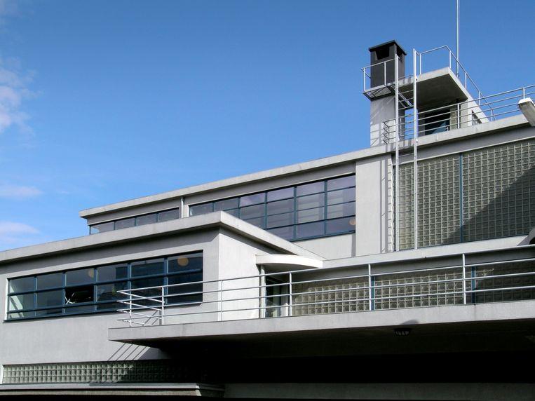 Glazen bouwstenen markeren het trappenhuis in de Derde Ambachtsschool. Het ontwerp van het interieur was gericht op licht, overzicht en hygiëne. Beeld Marcel Teunissen rv