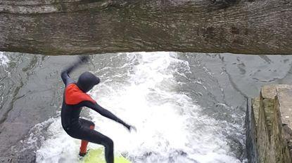 Vader (36) en zoon (11) surfen in de Zwalmbeek