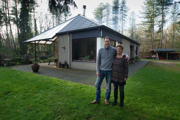 KNEGSEL - Wil Gijsbers samen met zijn vrouw voor hun woning in de Knegselse bossen.