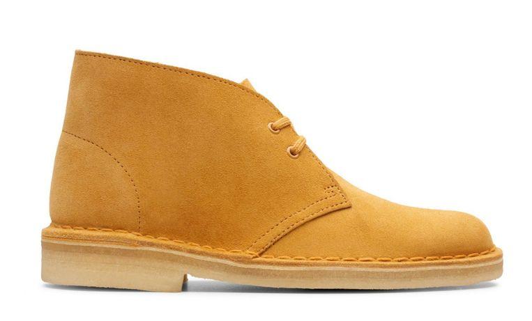 Desert Boots van Clarks in de kleur kurkuma, € 140. Beeld null