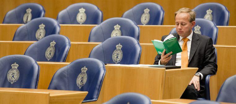 SGP-leider Kees van der Staaij verdiept zich in de Grondwet. Beeld ANP