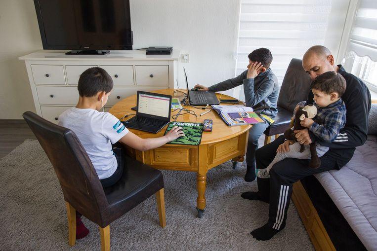 Bij Imrane uit Rotterdam-zuid thuis wordt er al enige tijd online les gevolgd. Beeld Arie Kievit / de Volkskrant