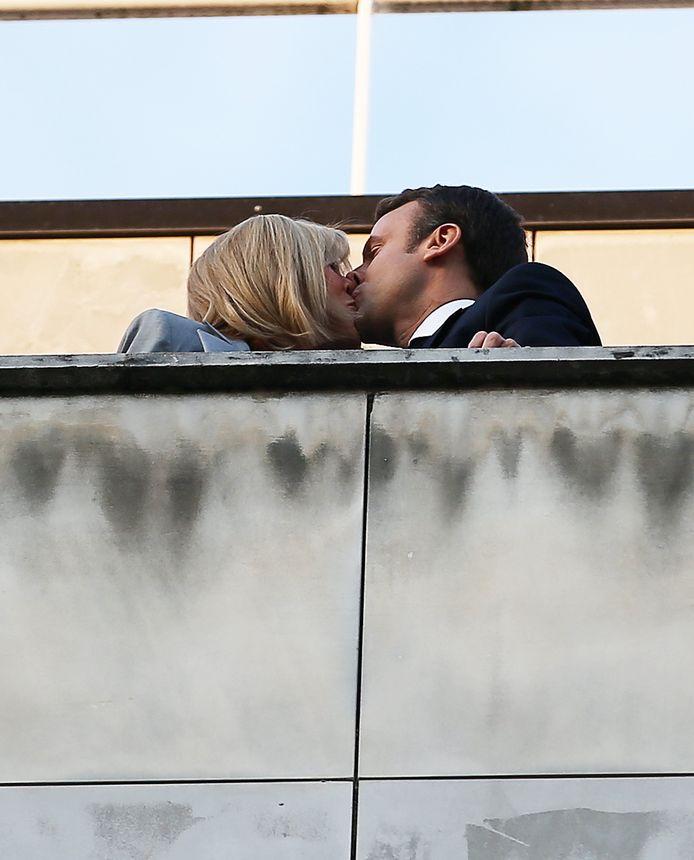 Emmanuel Macron en Brigitte Trogneux op het bordes, op zondag 23 april.