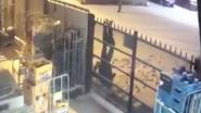 Die nacht in Limburg: inbreker blijft ondersteboven aan poort hangen met broek op zijn enkels