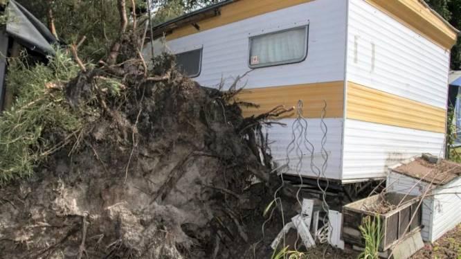 """Onweer houdt lelijk huis boven camping Campinastrand: """"Stoelen, tafels, parasols ... alles vloog weg"""""""