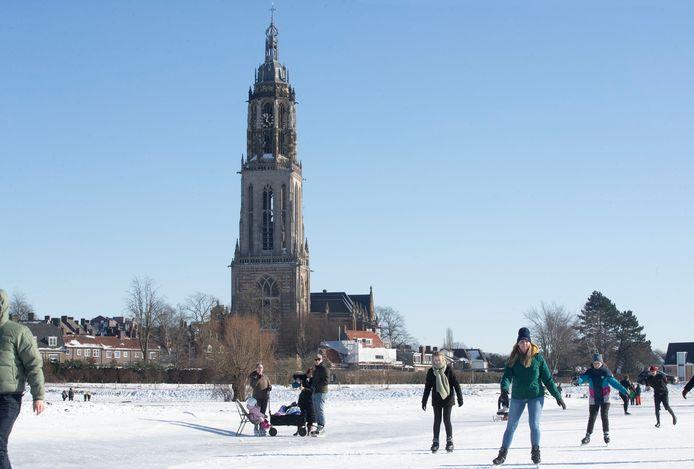 Joanne van de Scheur (groene trui) schaatst samen met haar zus (links) en een paar vriendinnen op De Veerwei in Rhenen.