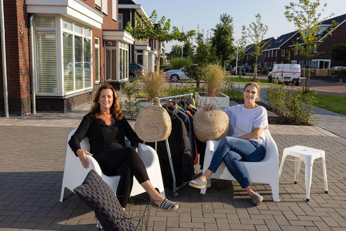 Voor de vriendinnen Christel Donauer (l) en Marjolijn Wolf, organisatoren de garagesale in Emmeloord, gaat het zaterdag na een jaar uitstel toch gebeuren.