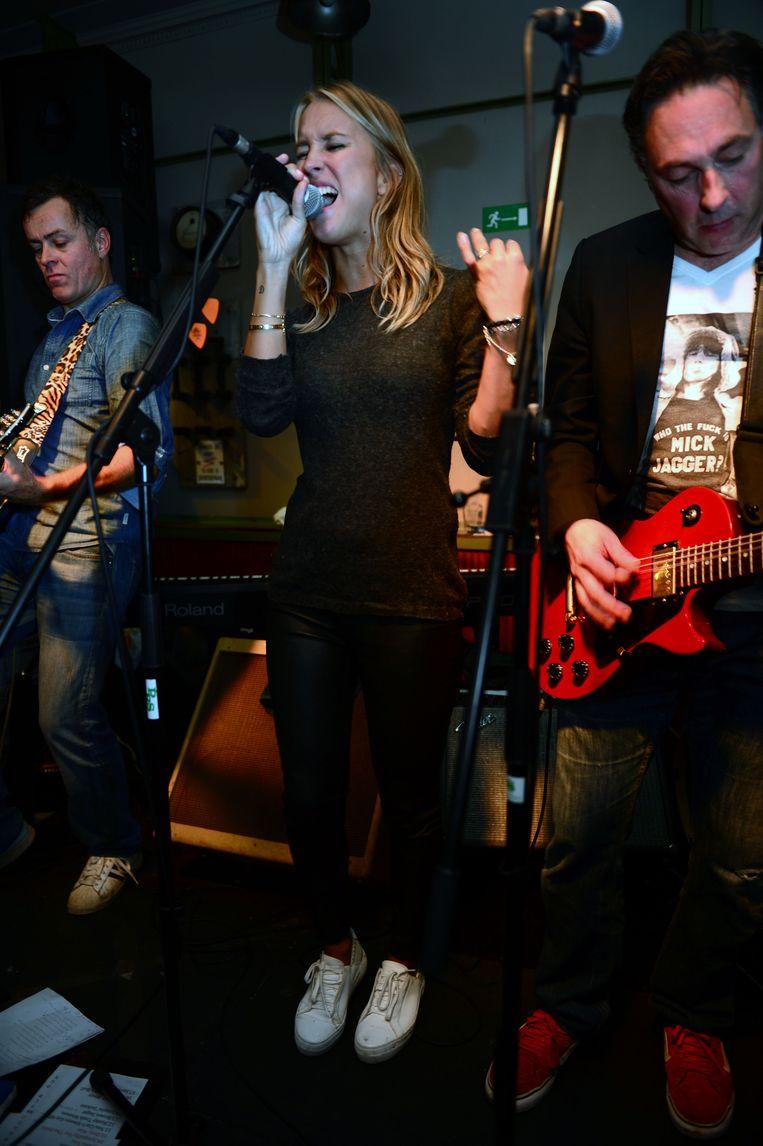 Katrin Kerkhofs met coverband Rolling Stones in café Den Allee op de Oude Markt in Leuven. Beeld Vertommen