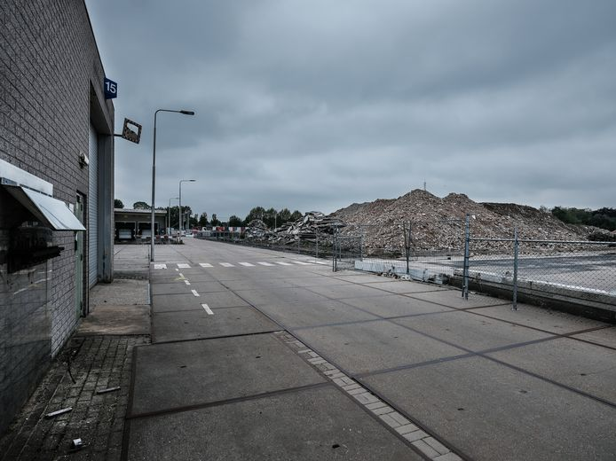 Het voormalige fabrieksterrein van de British American Tobacco (BAT) in Zevenaar, na de sloop van een aantal loodsen. Archieffoto Jan van den Brink.
