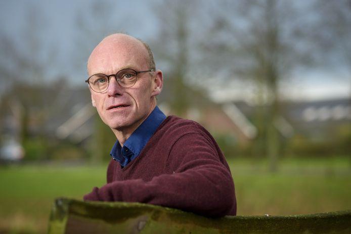 Zo'n twintig jaar geleden stond Maurits Dekker voor het laatst aan het bed, maar nu de nood zo hoog is gaat hij in het zorghotel in Apeldoorn aan de slag.