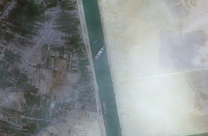 Het gestrande schip is te zien op satellietbeelden vanuit de ruimte.