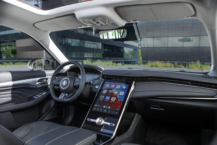 Een heel groot aanraakscherm domineert het dashboard