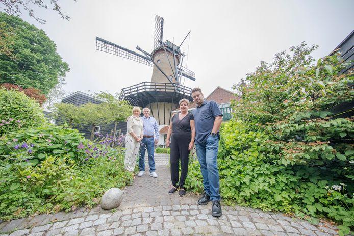 De oude en nieuwe eigenaar molen Tholen. Vlnr: Jan en Iza van Gorsel en de nieuwe eigenaren Patrick en Eline de Graaf.