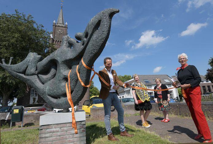Wethouder Rutger van Stappershoef opent de kunstroute bij het beeld De Beschermvrouwe van kunstenaar Maria van Riel in Haaften
