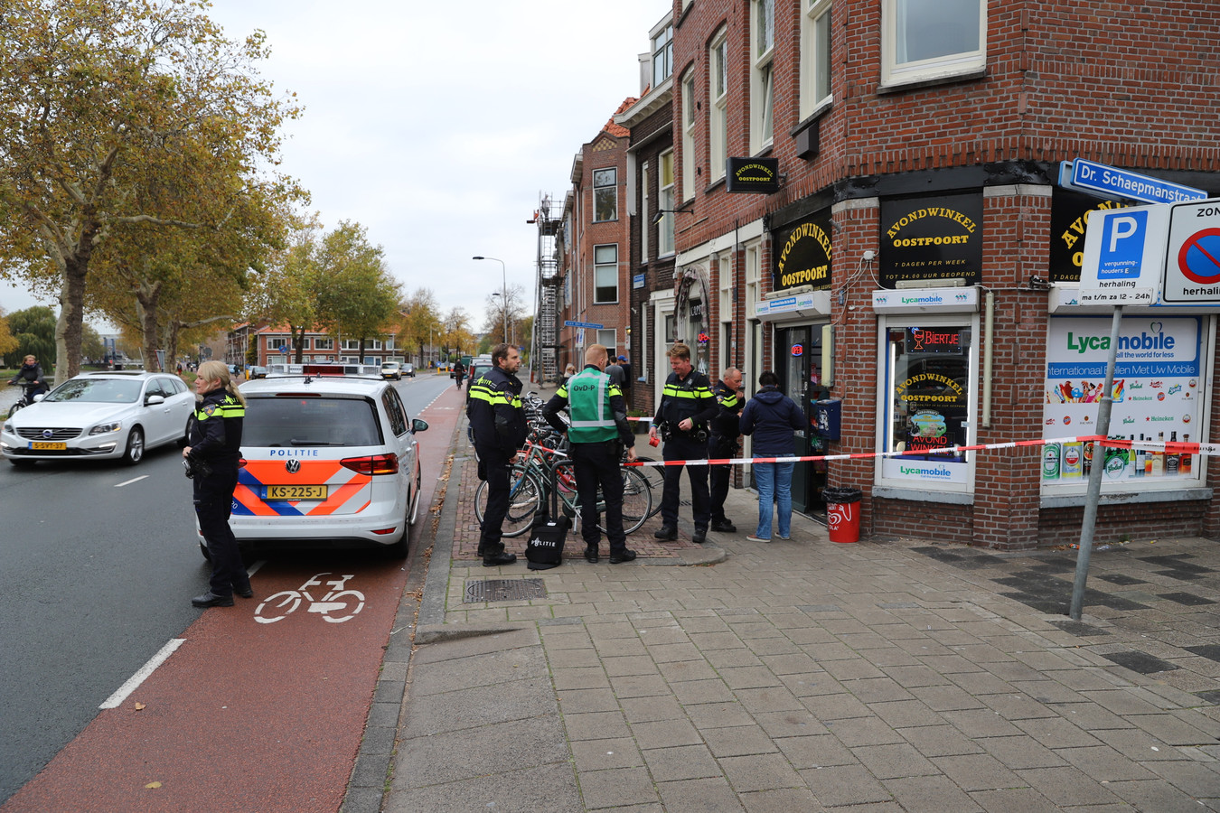 De politie doet onderzoek nadat de avondwinkel is overvallen.