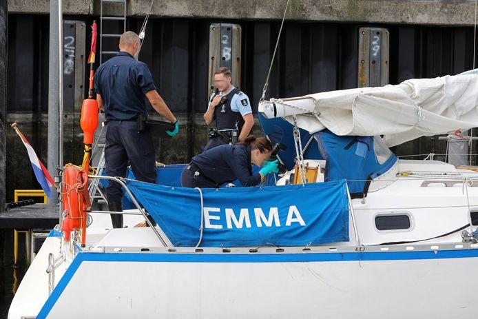 Koninklijke Marechaussee bewaakt zaterdag het jacht Emma in de haven van Scheveningen. Forensische Opsporing onderzoekt het jacht.