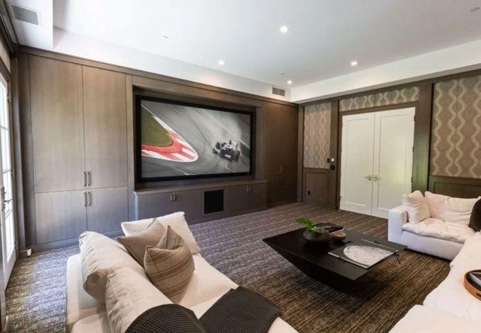 Un salon cossu pour regarder la télévision en toute tranquilité.
