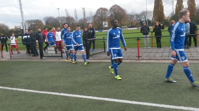 Duno betreedt het veld van SV Nijmegen. Trainer Lodewijk de Kruif geeft een paar spelers rust. Zo ontbreken doelman Ruben te Witt en Hans Cooke.
