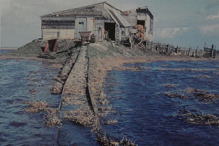Na elke zware storm moesten de bruggetjes naar de stal opnieuw opgebouwd worden.