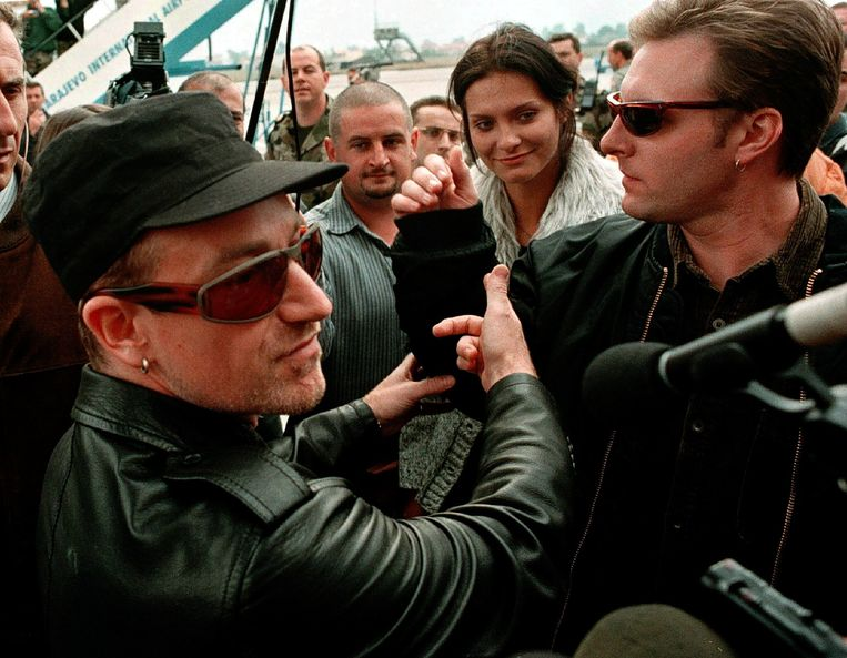 Na de verkiezing brengt de band U2 het nummer 'Miss Sarajevo' uit, met beelden van Inela Nogic (m.) in de videoclip. 'Zonder toestemming figureren we al 25 jaar in die videoclip. Dan zou het toch fatsoenlijk zijn geweest ons daarvoor te betalen?'  Beeld BELGAIMAGE
