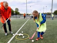 Leden met beperking krijgen hockeytraining van Kampongcoach Marieke: 'Willen elkaar helpen'