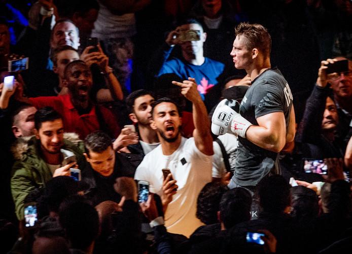 Rico Verhoeven rent in 2016, door een haag van Badr-fans, naar de ring