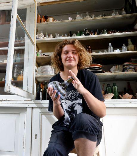 Tristan (20) staat vaak tot zijn nek in het water om bodemschatten te vinden, en met succes