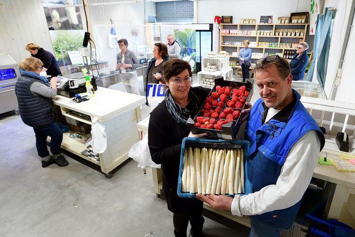 """Het streekwinkeltje van Carola en Frank Hereijgers uit Lepelstraat, telers van aardbeien en Brabantse Wal Asperges, ging zaterdag voor het eerst dit seizoen open. ,,We zijn benieuwd hoe gaat lopen in deze onzekere corona-tijd."""""""
