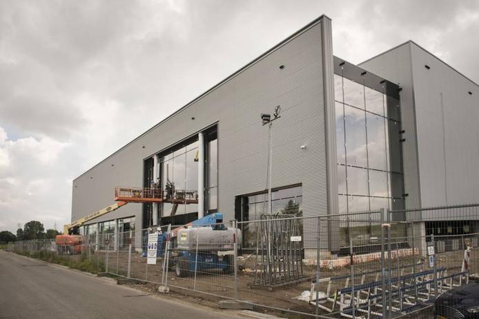 De glazen worden gezet in het gebouw op het Breepark waar de nieuwe megabioscoop Kinepolis wordt gebouwd. foto edwin wiekens/pix4profs
