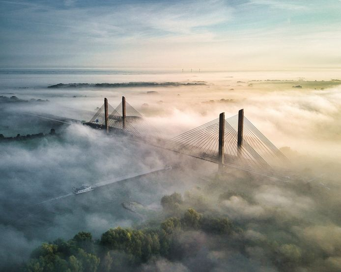 De Martinus Nijhoffbrug in de mist.
