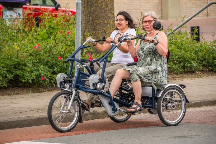 Saphira Metekohy en Sylvia Borsboom (rechts) testen de nieuwe duo-fiets uit.