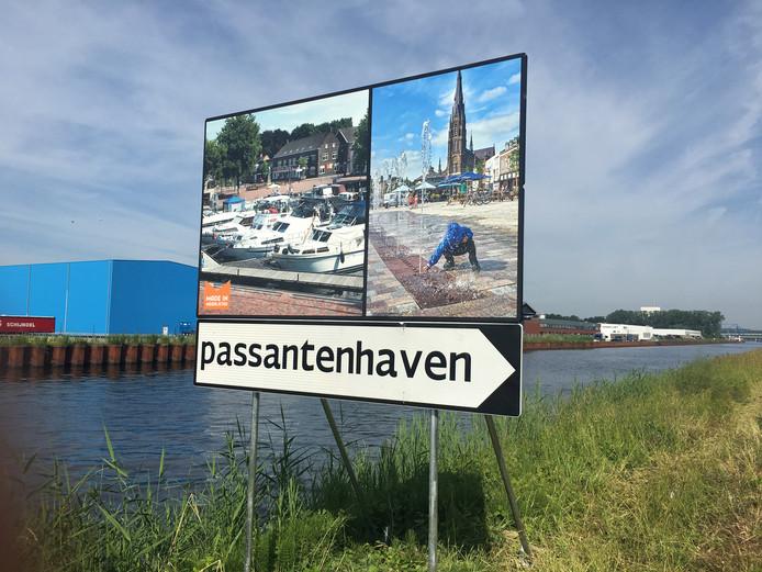 In de Zuid-Willemsvaart verwijst een bord naar de haven van Veghel