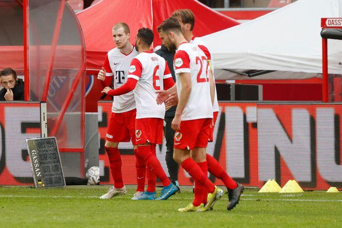 Simon Gustafson (l) wordt gefeliciteerd door Adam Maher na zijn 1-0 tegen FC Groningen.